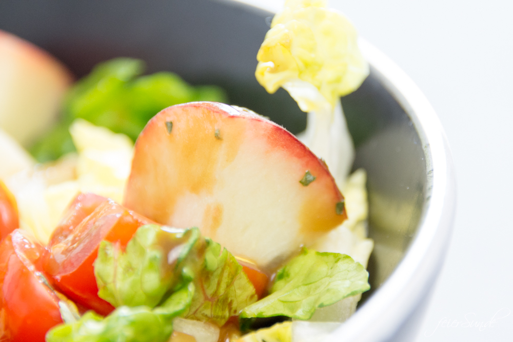 Dieser Sommersalat ist bunt, lecker & passend für die GrillSaison. Fruchtig, frisch mit Pfirsichen, Cocktailtomaten & süßen Kürbiskerne.