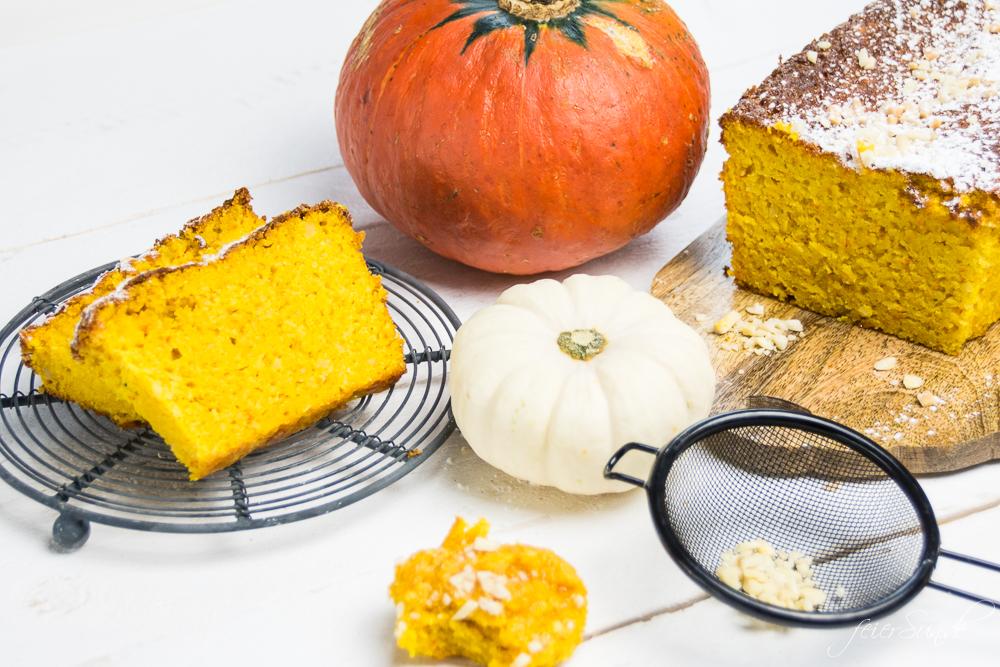 Der Herbst hat viele schöne Seiten. Auf feierSun.de gibt es ein #Rezept für KüRbiSkUChEn mit Mandeln und fast ganz ohne Mehl. Saftig, #lecker & #saisonal. #Kuchen und #Herbst auf feierSun.de